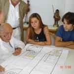 Lúcia – UNE e Thiago Franco – UBES na entrega do projeto de Oscar Niemayer para a sede das entidades. (Acervo UBES)