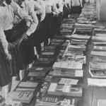 Estudantes secundaristas sendo expostos a livros considerados subversivos pela ditadura militar (Acervo CPdoc)