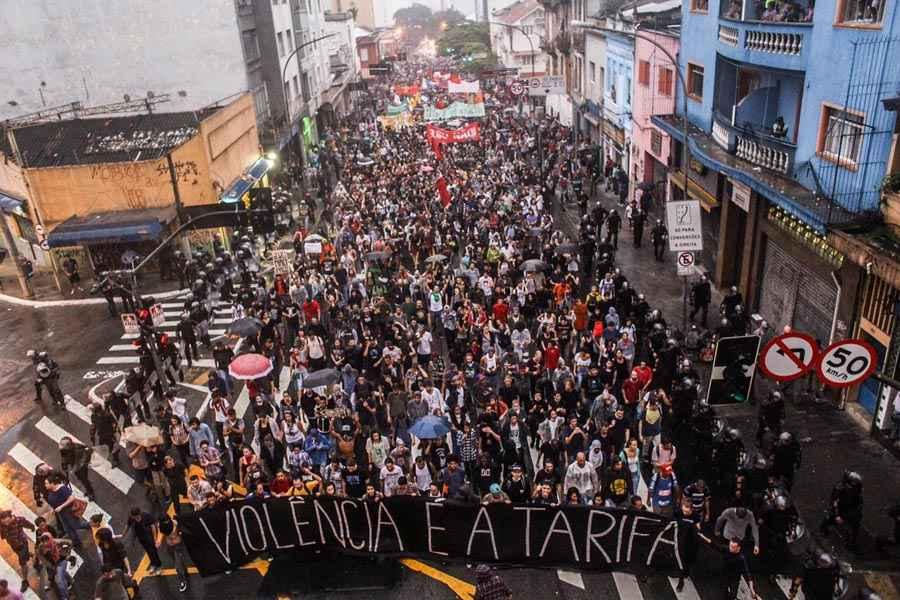 SOB APARATO DE GUERRA DA POLÍCIA, SÃO PAULO PROTESTA CONTRA O AUMENTO