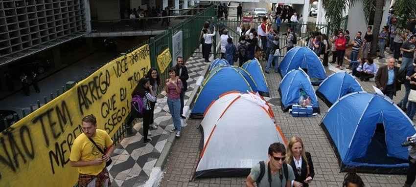 Proibidos de entrar, secundaristas resistem acampados em frente a ALESP
