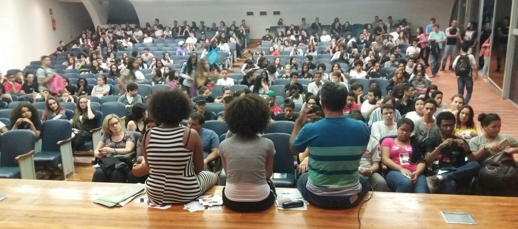 Em Minas Gerais, estudantes do colégio Estadual Central debatem democracia