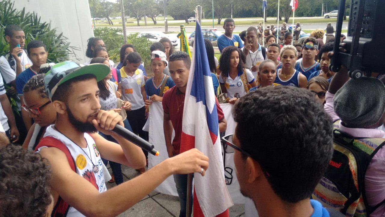 Contra sucateamento, estudantes ocupam escola e pressionam Secretaria de Educação da Bahia