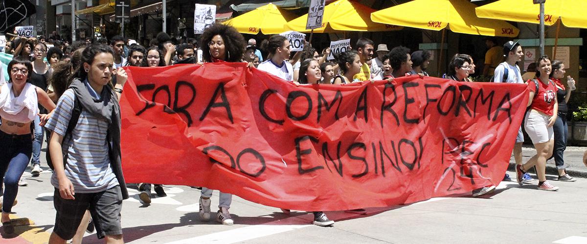 """Resistência e """"catracaço"""" marcam manifestação contra a MP do ensino médio em SP"""
