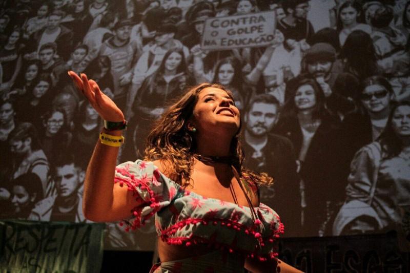 Camila Lanes apresenta Chico César na abertura do 3º ENG. Foto: Marcelo Rocha/Mídia Ninja