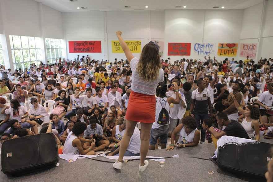 """Camila Lanes, presidenta da UBES, durante a mesa em auditório da Universidade Federal do Ceará: """"Queremos educação de qualidade para o filho do trabalhador"""". (Foto: Fábio Bardella)"""