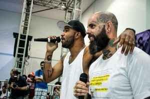 """Os cantores Flavio Renegado e Tico Santa Cruz, que visitaram ocupações. Para eles, o movimento é """"o mais revolucionário"""" hoje. (Foto: Marcelo Rocha/ Mídia NINJA)"""