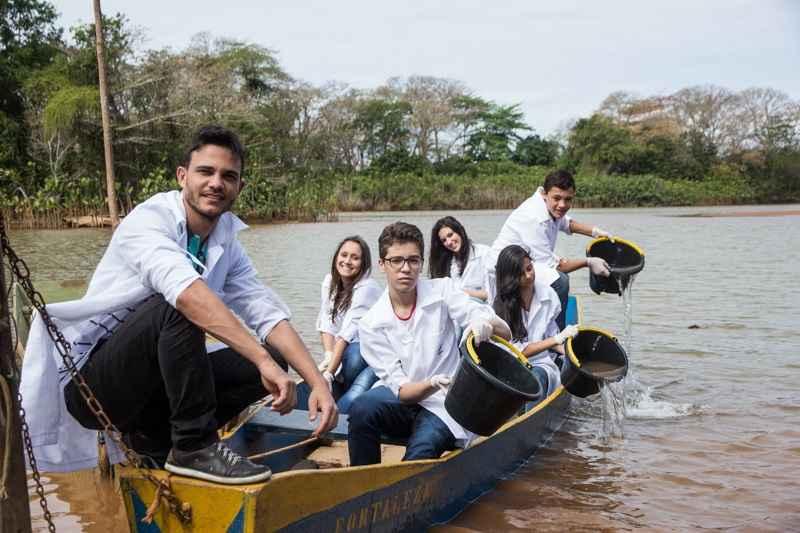 Wemerson e estudantes coletam água contaminada para análise no laboratório da escola. Crédito: Diana Abreu/ Nova Escola.