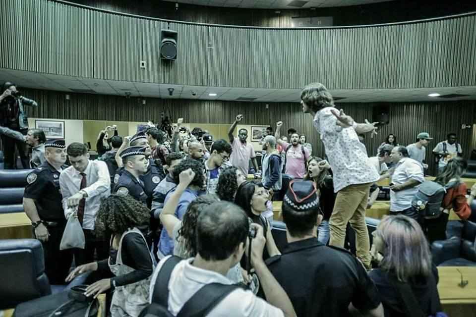 SP: Estudantes desocupam Câmara depois de dois dias de resistência