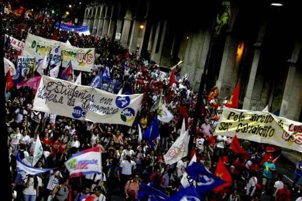 Oitenta mil em Porto Alegre: estudantes e trabalhadores pela democracia