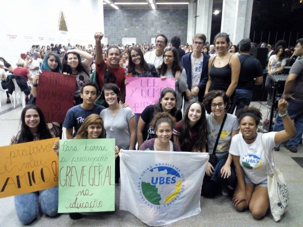 Secundaristas de Minas se mobilizam em apoio à greve dos professores