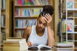 jovem mulher estudando