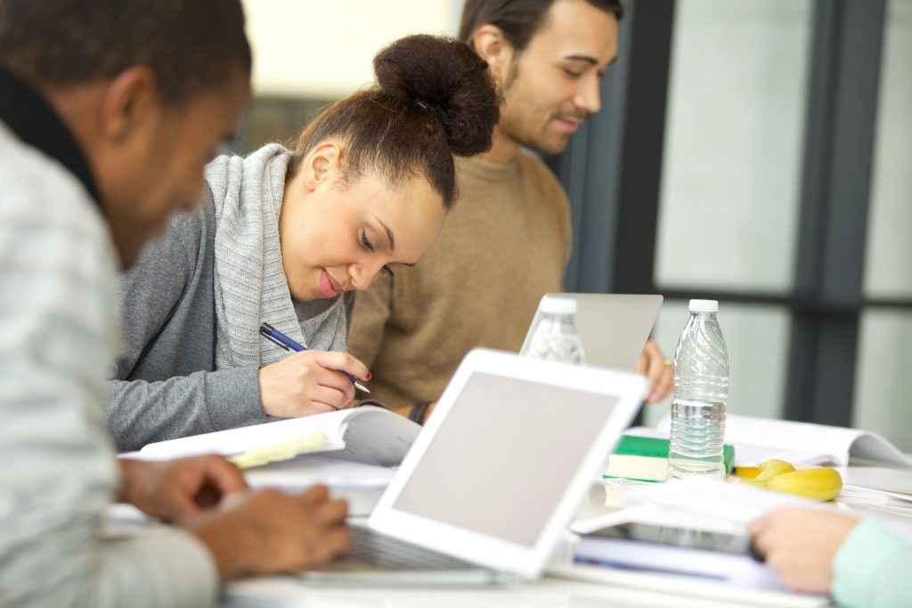 mulher estudando junto com colegas