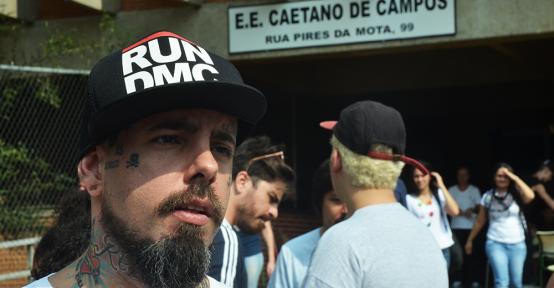 Caetano Rock Escola: Tico Santa Cruz visita ocupação na Aclimação em SP