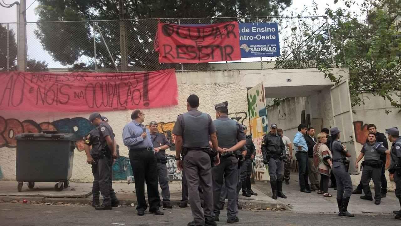 Sem mandato, polícia invade escolas ocupadas em São Paulo e prende secundaristas