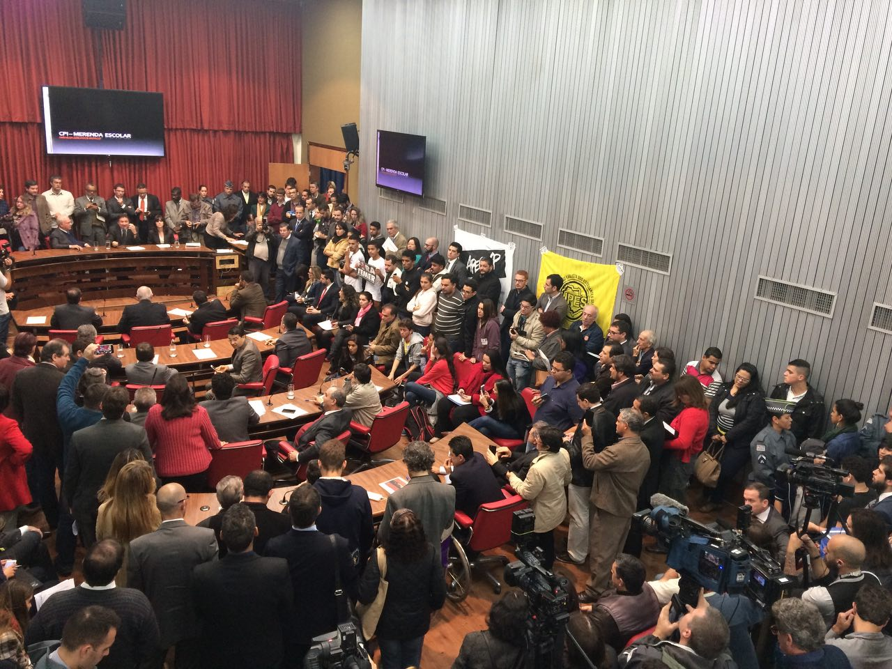 Com ataques às manifestações populares, 1ª sessão da CPI da merenda elege presidente e é remarcada na ALESP