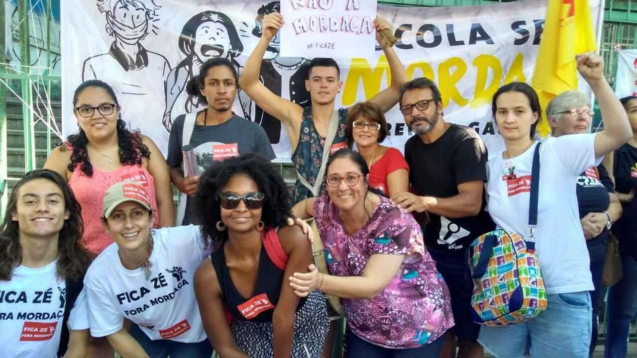 """""""Fora mordaça, fica Zé"""". Professor José Luis Morais (de preto), afastado por defender mudança de nome da escola. """"Presidente Costa e Silva""""."""