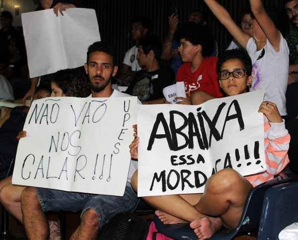"""SP: Estudantes fazem vigília contra o """"Escola sem Partido"""""""