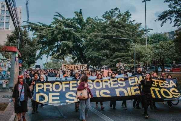 Aula na rua: em SP, estudantes apoiam e se inspiram na luta dos professores