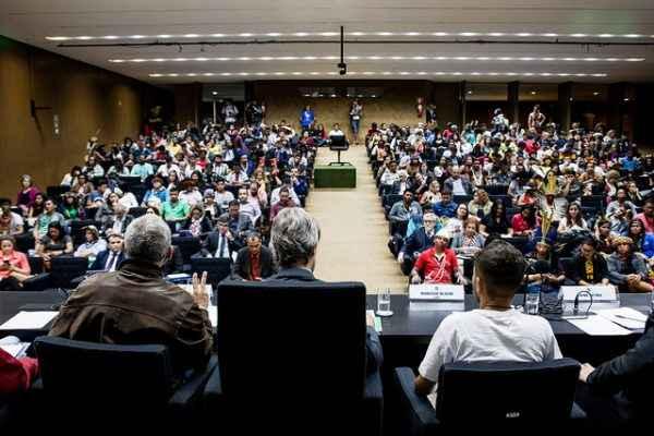 UBES e UNE denunciam atraso do PNE no Congresso