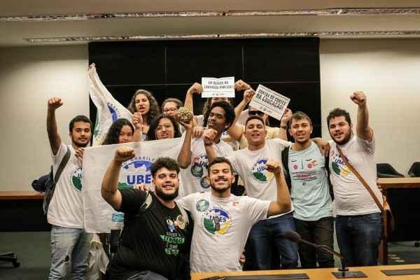 Após pressão de estudantes, Temer sanciona LDO sem veto para a Educação