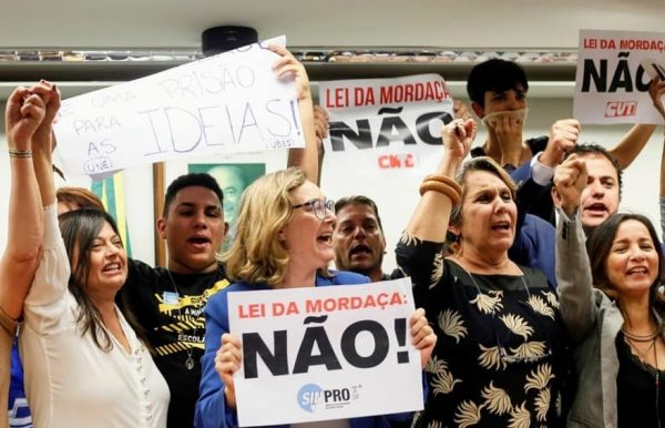 """Estudantes comemoram arquivamento do """"Escola Sem Partido"""""""