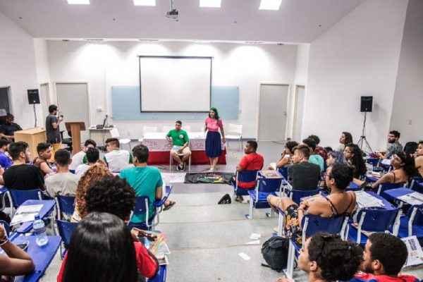 Estudantes debatem saídas para o próximo período, em Salvador