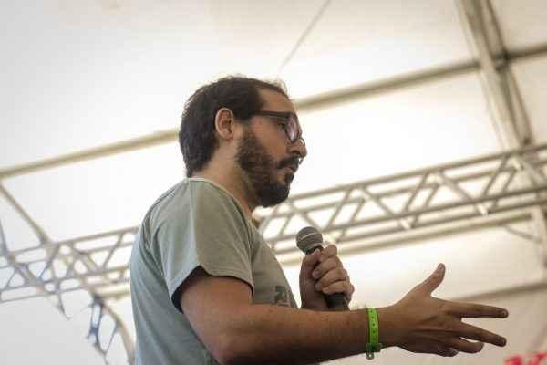 Defensor da escola democrática, Fernando Penna conversa com estudantes