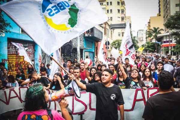 Estudantes enchem as ruas do Brasil por democracia e contra mordaça