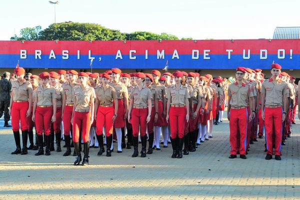 10 problemas graves no projeto de Bolsonaro para militarizar escolas