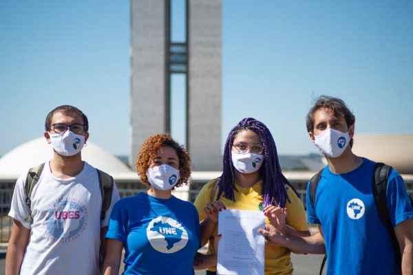 UBES e UNE, junto aos movimentos sociais, apresentam impeachment de Bolsonaro